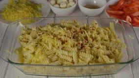 Перец chili конца-вверх падает сверху на макаронные изделия в стеклянном блюде акции видеоматериалы