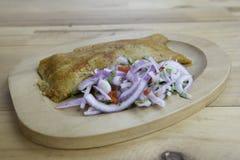 Перуанское тамале традиционно съеденное на завтрак в воскресенье сделало мозоли и цыпленка и послуженный с criolla сальсы стоковая фотография rf