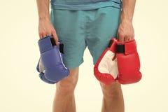 Перчатки бокса в руке боксера человека Перчатки бокса резвитесь мода с красными и голубыми перчатками бокса концепция бокса с стоковое фото