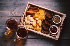 Пиво и закуски еда oktoberfest Установленные закуски стоковые фотографии rf