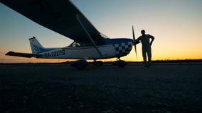 Пилот идет к самолету на взлетно-посадочной дорожке сток-видео