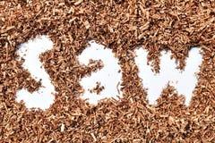 Письмо пила в древесине увидело пыль на белой предпосылке стоковое изображение rf