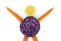 Питание и здоровье завода: моркови для оружий и ног, красной капусты для тела и куска лимона для головы Сообщение для стоковые изображения rf