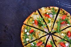 Пицца на темной предпосылке стоковая фотография