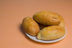 Пироги с мясом, капустой или любой завалкой Испеченные пироги в печи На белой плите стоковое изображение