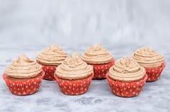 Пирожные печений со сливками в бумажной форме На серой закоптелой предпосылке стоковое изображение rf