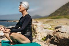Плавание и йога для лучшего здоровья стоковое фото