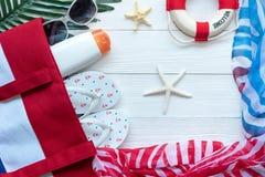 План перемещения Летние каникулы отключений путешественника планируя на пляже с аксессуарами путешественника, ретро камере, sunbl стоковые изображения