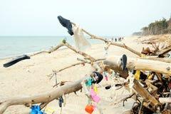 Пластмасса, ботинки, сети из моря все вися вокруг в driftwood стоковые изображения