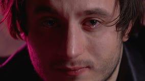 Плача человек отравленный лекарством с красными глазами смотря в камеру, расточительствуя жизнь видеоматериал