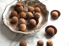 Плита и вкусные трюфеля шоколада стоковое изображение