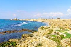 Пляж и старый порт в национальном парке Caesarea стоковая фотография rf