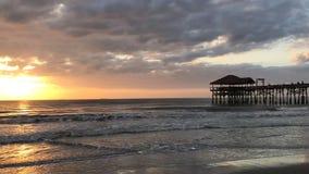 Пляж какао, промежуток времени восхода солнца пристани города Флориды видеоматериал