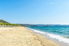 Пляж на среднеземноморском в ясном солнечном дне, Греция, Halkidiki стоковые изображения