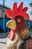 Пляж Порту de Galinhas, Ipojuca, Pernambuco, Бразилия - сентябрь 2018: Портрет статуи ремесла цыпленка стоковые фотографии rf