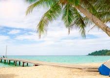 Пляж рая красивого вида тропический курорта Кокосовая пальма, деревянный мост, и каяк на курорте на солнечный день каникула терри стоковые фото