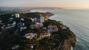 Пляж Salou летом, береговой линией Daurada Косты в восходе солнца Назначение перемещения в Испании на праздники Вид с воздуха уте стоковая фотография rf
