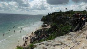 Пляж Tulum с туристами стоковое фото rf