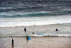 Пловцы в грубом прибое пляжа Bondi, Сиднее, Австралии стоковые изображения
