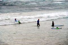 Пловцы в грубом прибое пляжа Bondi, Сиднее, Австралии стоковая фотография