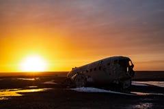 Плоская развалина в Solheimasandur, Исландии стоковые фото