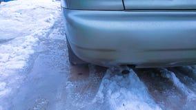Плохие условия дороги Колесо автомобиля на дороге в таяя снеге стоковая фотография rf