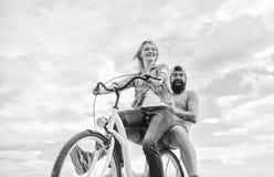 Психология отношений Руководство в семье и замужестве Девушка контролирует handlebar велосипеда Пары в дате влюбленности стоковая фотография