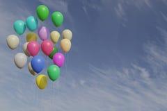 Пук воздушных шаров colorfull с переводом голубого неба 3d стоковые фотографии rf