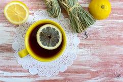 Пук сухого лимонного сорга, свежего лимона и чашки чаю Ингридиенты чая Культура выпивать чая стоковое изображение rf