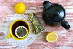 Пук сухого лимонного сорга, свежего лимона, чайника и чашки чаю Ингридиенты чая Культура выпивать чая стоковое изображение rf