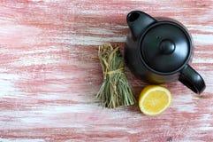 Пук сухого лимонного сорга, свежего лимона, чайника скопируйте космос Ингридиенты чая Культура выпивать чая стоковое фото rf