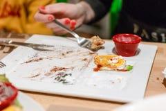 Пустая плита, остатки десерта Еда остатка стоковые изображения rf