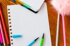 Пустая приданная квадратную форму страница с открытыми голубыми и зелеными ручками чувствуемой подсказки стоковые фотографии rf
