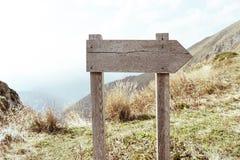 Пустой знак к право на дороге, предпосылка общего соображения, жизнь, выборы стоковые фотографии rf