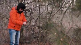 Путешественник настроил туристский шатер на ночь в лесе видеоматериал