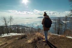 Путешественник стоит на горе и взглядах на красивом виде Lake Baikal зима температуры России ландшафта 33c января ural стоковые фотографии rf