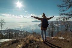 Путешественник стоит на горе и взглядах на красивом виде Lake Baikal зима температуры России ландшафта 33c января ural стоковое фото