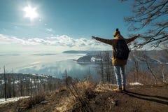 Путешественник стоит на горе и взглядах на красивом виде Lake Baikal зима температуры России ландшафта 33c января ural стоковые изображения rf
