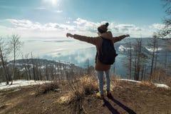Путешественник человека туристский стоит на горе и взглядах на красивом виде Lake Baikal зима температуры России ландшафта 33c ян стоковые изображения