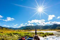 Путешественник озера Lugu стоковые фото