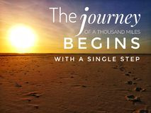 Путешествие тысячи миль начинает с дизайном одного шага ободрять и устойчивым образом жизни стоковое изображение rf