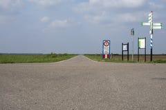 Пути цикла, майны велосипеда в польдере плоского ландшафта Нидерланд на горизонте голубое небо с белыми облаками стоковые фото