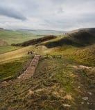 Путь бежит через пиковый район от скалистой вершины Mam на ветреный день зим стоковые изображения