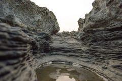 Путь каньона в солнечном дне между высокими утесами с крошечным озером стоковые изображения
