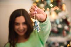 праздники рождества счастливые веселые Девушка украшает рождественскую елку внутри помещения стоковое фото rf