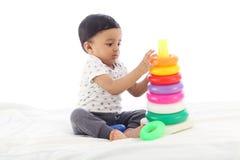 Прелестный ребенок играя со штабелировать кольца стоковая фотография rf