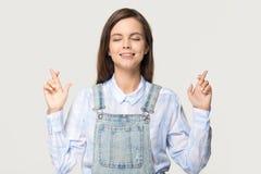 Предназначенные для подростков пальцы скрещивания девушки делают желание просят удачи стоковое фото