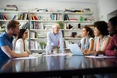 Предприниматели и бизнесмены конференции в конференц-зале стоковое изображение