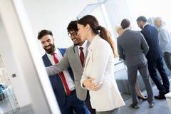 Предприниматели обсуждая совместно в конференц-зале во время встречи на офисе стоковое изображение rf