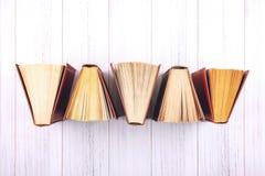 Предпосылка книги Взгляд сверху открытых книг hardback на деревянном столе Образование, литература, знание, задняя часть в школу  стоковое фото rf